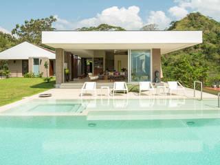 Casa La Siria Piscinas de estilo tropical de toroposada arquitectos sas Tropical