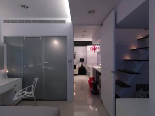 Bedroom by 邑法室內裝修設計有限公司