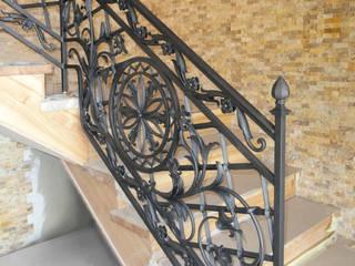 Classic style corridor, hallway and stairs by ALMET Kowalstwo Artystyczne Classic