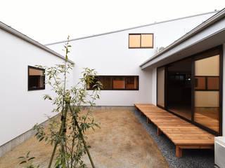 アウトドアが日常になる中庭を囲む家 モダンデザインの テラス の 加藤淳一級建築士事務所 モダン