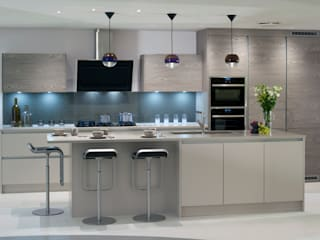 Cashmere Supermatt & French Grey Veneer Modern kitchen by Urban Myth Modern