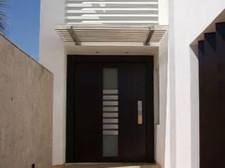 Acceso Principal : Casas de estilo mediterraneo por 360arquitectura