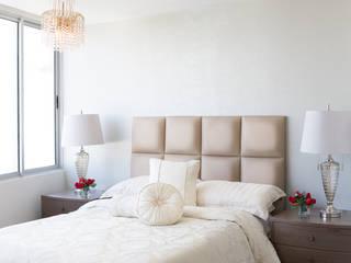 Camera da letto in stile classico di Monica Saravia Classico
