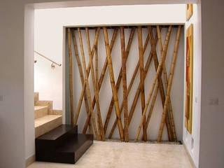 Escaleras y nicho decorativo de bambú Pasillos, vestíbulos y escaleras mediterráneos de homify Mediterráneo