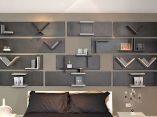 "An ""out of the box"" headboard Industrial style bedroom by Ronda Design Industrial"
