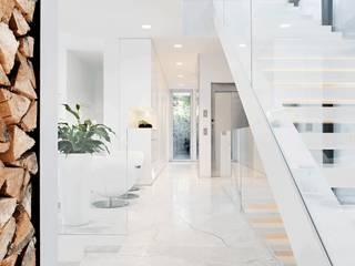 Pasillos y recibidores de estilo  por monovolume architecture  design