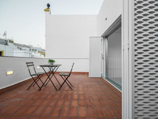 Casa HL Balcones y terrazas de estilo moderno de diecisietemastres · procesos de arquitectura, diseño e identidad Moderno