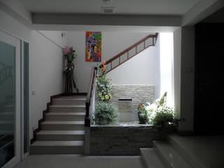 โถงบันได:  ระเบียงและโถงทางเดิน by SDofA Architect