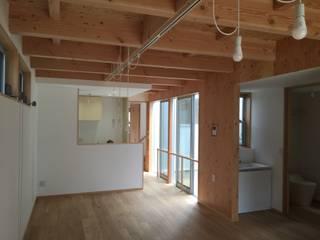 多世帯のコの字の家: ジュウニミリ建築設計事務所が手掛けたダイニングです。