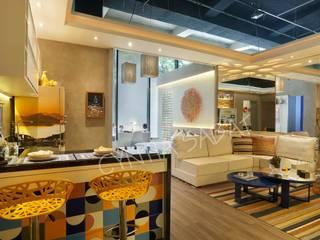 Sala integrada com cozinha e quarto:   por Cyntia Sabat Arquitetura e Interiores