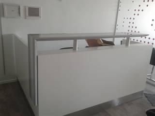 Mostrador con acabado en laca blanca semimate tapa de marmol y detalles de acero:  de estilo  por Flag equipamientos