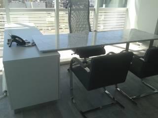 escritorio en laca blanca tapa de marmol y base de  acero:  de estilo  por Flag equipamientos