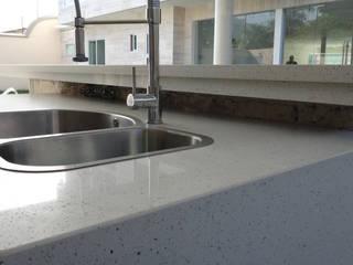 Topes en Cuarzo Blanco Diamante: Cocinas de estilo moderno por Revestimientos La Cantera c.a.