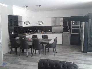 Cocina moderna minimalista, realizada en laca negra brillante , laca blanca semimate y mesadas y detalles de acero inoxidable.:  de estilo  por Flag equipamientos