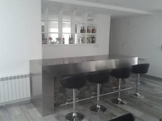 Mueble Bar minimalista, realizada en laca negra brillante , laca blanca semimate y mesadas y detalles de acero inoxidable.:  de estilo  por Flag equipamientos