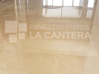 Pisos de Mármol Crema Marfil: Salas / recibidores de estilo moderno por Revestimientos La Cantera c.a.