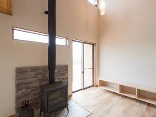 吹抜けに薪ストーブのある家 : 八木建設株式会社が手掛けた現代のです。,モダン