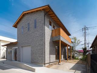 薪ストーブのある長期優良住宅: 八木建設株式会社が手掛けた現代のです。,モダン