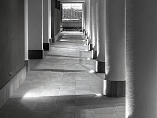 """RossiniGroup illumina il nuovo complesso """"Residenza La Quercia"""": Ingresso & Corridoio in stile  di Rossini Illuminazione"""