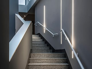 Modern Corridor, Hallway and Staircase by Rossini Illuminazione Modern