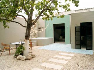 Eclectic style balcony, veranda & terrace by Quinto Distrito Arquitectura Eclectic Tiles