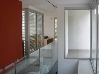 L'ingresso con accesso alla zona seminterrata: Ingresso & Corridoio in stile  di melle-metzen architects