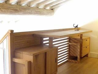 soppalco con scrivania/parapetto in legno massello di rovere, finitura olio e cera: Camera da letto in stile in stile Eclettico di l'albero bello