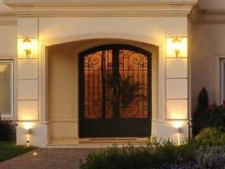 Puertas de entrada: Casas de estilo  por Del Hierro Design