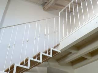 soggiorno a doppia altezza , soppalco in legno con scala di collegamento: Soggiorno in stile in stile Eclettico di l'albero bello
