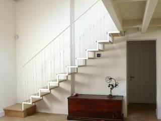scala in ferro e legno: Soggiorno in stile in stile Eclettico di l'albero bello