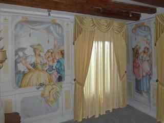 Stanza del teatro: Camera da letto in stile  di erica de rosa, dipinti, affreschi, trompe l'oeil,  decorazioni - Venezia