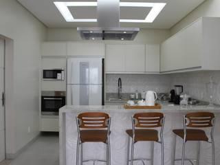 Arquiteta Bianca Monteiro Cocinas de estilo moderno Cerámico Blanco