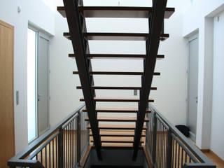 Simplicidade...: Corredores e halls de entrada  por UrbQuality Lda