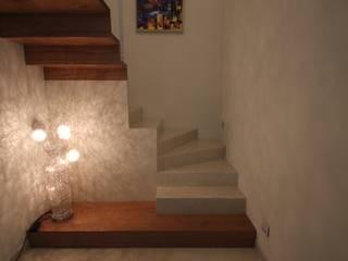 Pasillos, vestíbulos y escaleras modernos de Falegnameria Ferrari Moderno