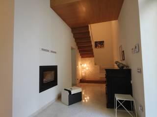 Corredores, halls e escadas modernos por Falegnameria Ferrari Moderno