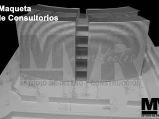 MVR ARQUITECTOS Estudio de Arquitectura y Diseño.   -  Maqueta Proyecto Torre de Consultorios.: Estudios y oficinas de estilo moderno por MVR ARQUITECTOS  Estudio de Diseño y Arquitectura