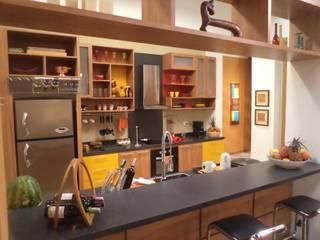 COCINA abierta a la sala ERGOARQUITECTURAS FL C.A. Cocinas de estilo mediterráneo Madera Multicolor