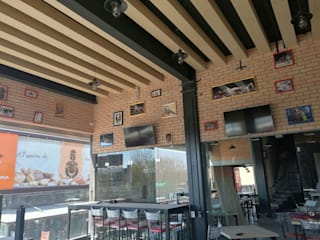 Restaurante King Buffalo Querétaro : Bares y discotecas de estilo  por D+STUDIO ARQUITECTURA*INTERIOR