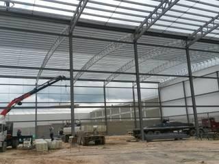 Montaje de estructura metálica: Bodegas de estilo industrial por CONSTRUCCIONES 2AM S.A.S.