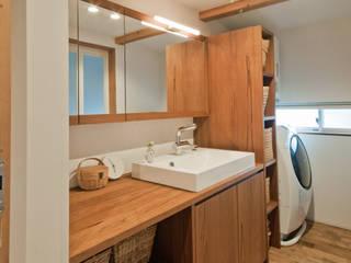 洗面家具はオーダーです。: FrameWork設計事務所が手掛けた浴室です。,