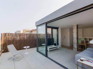 TERRAZA-SALÓN: Terrazas de estilo  de MIREIA PIQUÉ.........asesora, home personal shopper y personal shopper inmobiliario
