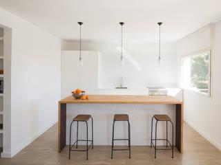 COCINA: Cocinas de estilo  de MIREIA PIQUÉ.........asesora, home personal shopper y personal shopper inmobiliario