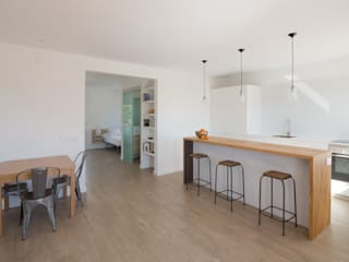 SALA - COCINA: Cocinas de estilo  de MIREIA PIQUÉ.........asesora, home personal shopper y personal shopper inmobiliario