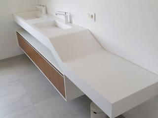 Podwójna geometryczna umywalka z blatem i fornirowaną szafką. Nowoczesna łazienka od Luxum Nowoczesny