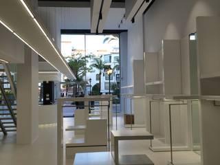 Fairway+Blue Store, Puerto Banus, Marbella.: Lojas e espaços comerciais  por Tutiobra Sociedade Técnica de Construções Unipessoal, Lda,Moderno