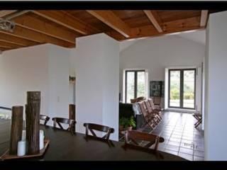 Moradia Serra da Arrábida: Salas de estar  por Tutiobra Sociedade Técnica de Construções Unipessoal, Lda