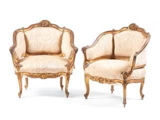 Par de fauteuils séc XIX em madeira entalhada e dourada, estofados a tecido bege. Decoração com motivos vegetalsitas e concheados.  Dim. aprox.: 83 x 76 x 62 cm. :   por Antiguidadesportugal
