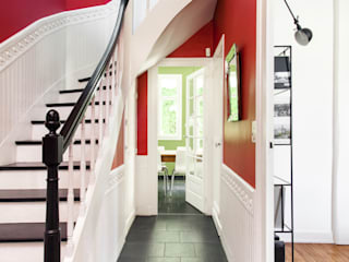 MadaM Architecture Eclectic style corridor, hallway & stairs Red