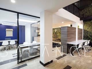 OFICINAS COWORKING: Espacios comerciales de estilo  por Balance Arquitectura
