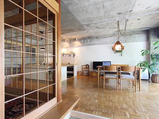 Phòng khách phong cách chiết trung bởi 今津修平/株式会社MuFF Chiết trung